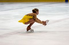 Mädchenzahl Schlittschuhläufer sondert herein den Eislauf aus Stockbild