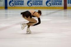 Mädchenzahl Schlittschuhläufer sondert herein den Eislauf aus, Stockbilder