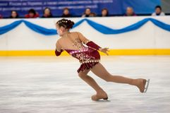 Mädchenzahl Schlittschuhläufer sondert herein den Eislauf, Orenburg, Russland aus Lizenzfreies Stockfoto