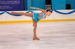 Mädchenzahl Schlittschuhläufer sondert herein den Eislauf, Orenburg, Russland aus Lizenzfreies Stockbild