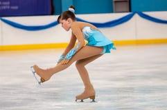 Mädchenzahl Schlittschuhläufer sondert herein den Eislauf, Orenburg, Russland aus Lizenzfreie Stockfotos