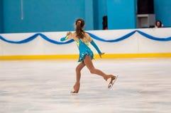 Mädchenzahl Schlittschuhläufer sondert herein den Eislauf, Orenburg, Russland aus Lizenzfreie Stockbilder