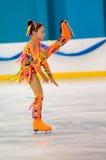 Mädchenzahl Schlittschuhläufer sondert herein den Eislauf, Orenburg, Russland aus Stockfotos