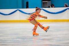 Mädchenzahl Schlittschuhläufer sondert herein den Eislauf, Orenburg, Russland aus Stockbilder