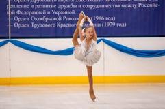 Mädchenzahl Schlittschuhläufer sondert herein den Eislauf, Orenburg, Russland aus Lizenzfreie Stockfotografie