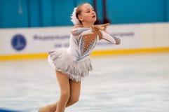 Mädchenzahl Schlittschuhläufer sondert herein den Eislauf, Orenburg, Russland aus Stockfoto