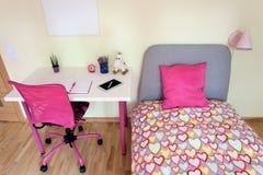 Mädchenzimmer mit weißem Schreibtisch Lizenzfreie Stockfotos