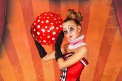 Mädchenzirkus mit einem Ball lizenzfreies stockbild