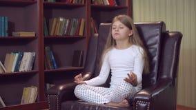 Mädel, der zuhause lustiges Yoga tut stock video