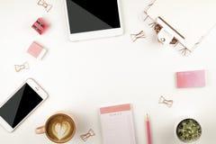 Mädelsatz Schulbedarf mit einfachem Bleistiftstift, leer Listennotizbuchblätter, leeres Auswahlkästchen tun Verfasser ` s Arbeits Stockfoto