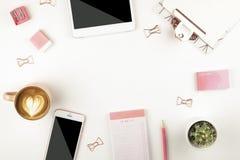 Mädelsatz Schulbedarf mit einfachem Bleistiftstift, leer Listennotizbuchblätter, leeres Auswahlkästchen tun Verfasser ` s Arbeits Lizenzfreies Stockbild