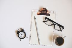 Mädelsatz Schulbedarf mit einfachem Bleistiftstift, leer Listennotizbuchblätter, leeres Auswahlkästchen tun Verfasser ` s Arbeits Lizenzfreie Stockbilder