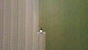 Mähdreschen ein großes grünes Feld Stockbilder