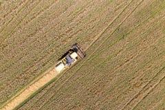 Mähdreschen eine Fall-Mais-Feld-Antenne stockbild