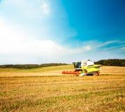 Mähdrescher auf dem Hafer-Gebiet landwirtschaft Stockfotografie
