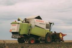 Mähdrescher, der geernteten Mais in Sattelzug entlädt Stockfoto