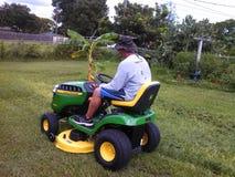 Mähendes Gras auf John Deere Lizenzfreie Stockfotografie
