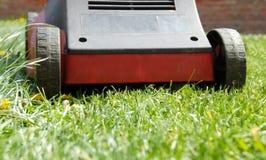Mäher im Gras Stockbild