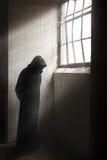 Mähmaschine, die in ein Dunkelheit verlassenes Gebäude wartet Stockbild