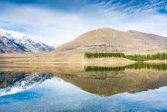 Mäktig bergreflexion i bergsjön. Arkivbilder