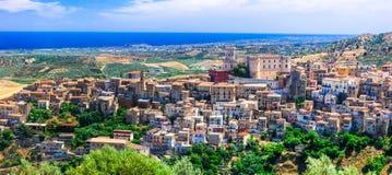 Mäktig Corigliano Calabro by, Calabria, Italien arkivfoto