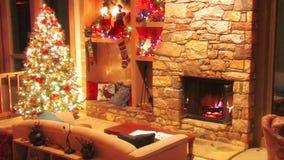 Mäktig festlig sikt för ögla för atmosfär för garnering för rum för helgdagsafton för nytt år för julgran på journalvedträbrännin lager videofilmer