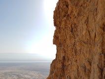 Mäktig hög klippa på den Masada nationalparken på det heliga landet i Israel Fotografering för Bildbyråer