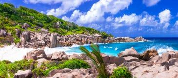Mäktig lös stenig strand Anse Marron i Seychellerna La Digue arkivfoto