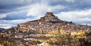 Mäktig sikt av medeltida villag Morella Castellon som är valencian Arkivfoton
