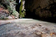 Mäktig ursnygg vattenfall med långt exponeringsfotografi Royaltyfria Bilder