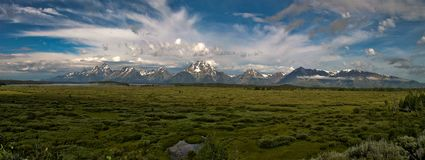 Mäktiga berg i den storslagna Teton nationalparken royaltyfri fotografi