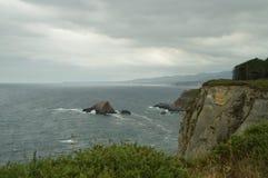 Mäktiga klippor på Udde De Busto royaltyfri foto