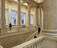 Mäktiga kolonner och trappa inom av det asiatiska museet av Ar Arkivbilder