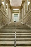 Mäktiga kolonner och trappa inom av det asiatiska museet av Ar Royaltyfri Fotografi
