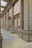 Mäktiga kolonner och trappa inom av det asiatiska museet av Ar Royaltyfri Foto