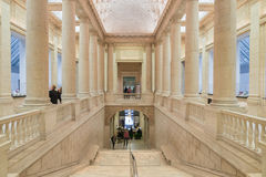 Mäktiga kolonner och trappa inom av det asiatiska museet av Ar Arkivfoto
