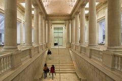 Mäktiga kolonner och trappa inom av det asiatiska museet av Ar Fotografering för Bildbyråer