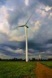 Mäktiga moln på överkanten av vindturbinen Arkivfoto