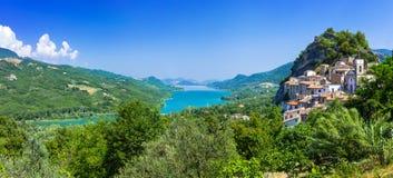 Mäktiga Pietraferrazzana byar, Abruzzo, Italien Arkivfoto