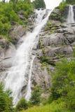 Mäktiga vattenfall i mitt av naturen arkivbild