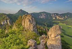 Mäktigt ovanligt stenigt område i ljuset av sommaraftonen, Slovakien royaltyfri foto