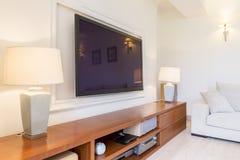 Mäktigt vardagsrumrum med denslut stereoenheten arkivbild