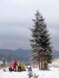 Män är uppställningen per tältet i bergen royaltyfria foton