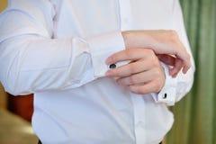 Män bär en skjorta och cufflinks Arkivbilder