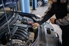 Män blåser ut motorn mekaniker royaltyfri foto