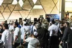 Män dansar med bibelsnirklar under ceremonin av Simhath Torah Tel Aviv israel Arkivbilder