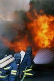 män för brand för uppgiftsbyggnad burning Arkivfoto