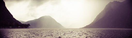 män för fartygfiskelake Arkivfoto