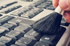 Män för reparation för datorläs-och skrivkunnighet räcker, undersöker ren horisontalsikt för bärbar dator av att göra ren tangent royaltyfria foton