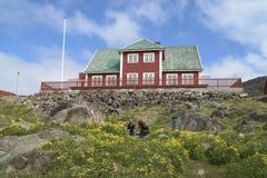 Män framme av det röda huset, Grönland Royaltyfri Bild